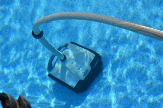 Dolphin Hybrid Platinum in piscina