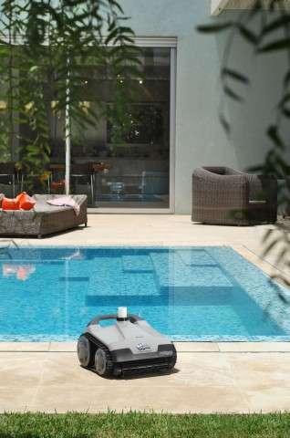 Dolphin Hybrid Platinum a bordo piscina