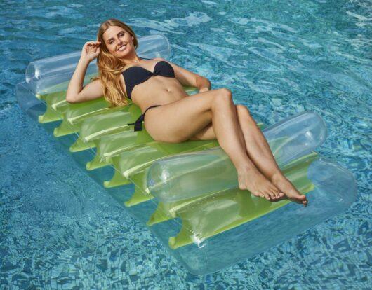 Materassino galleggiante gonfiabile double-face trasparente e verde.