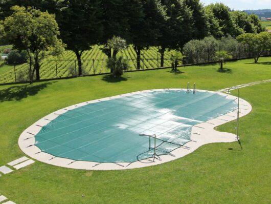 Retintex Favaretti, la copertura invernale per piscine filtrante, senza stagnazione, resiste a cadute accidentali. Adattabile a qualunque forma.