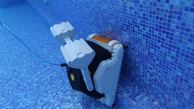 Robot pulitore piscine maytronics dolphin explorer15 for Robot piscine maytronics