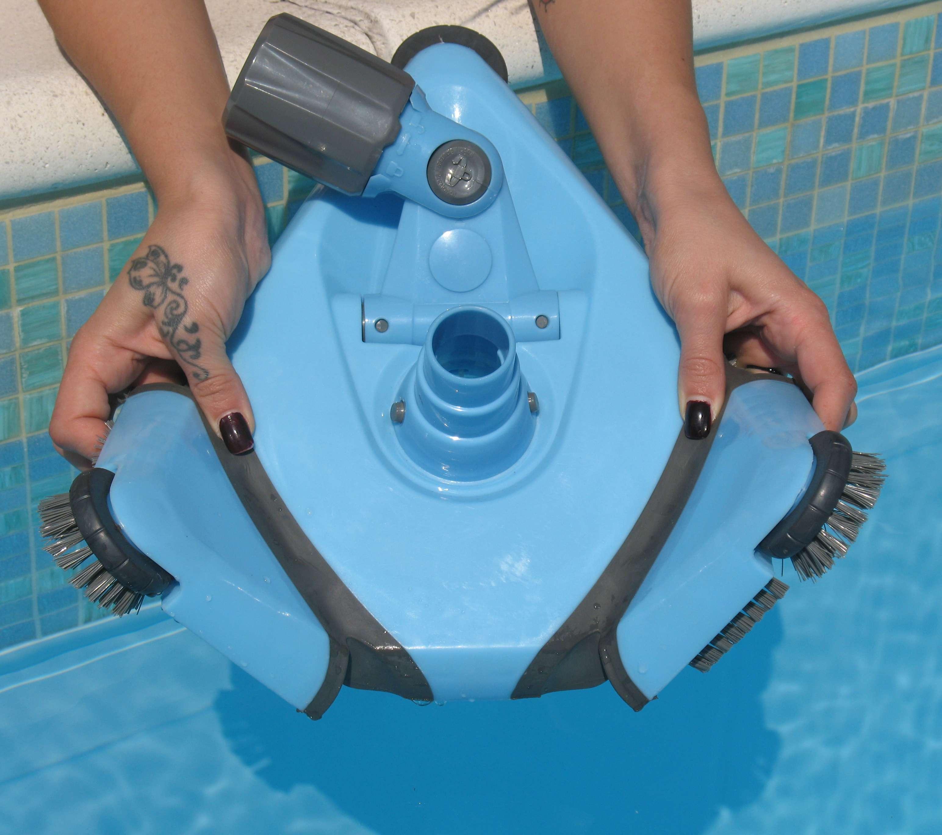 Scopa triangolare aspirante flessibile per piscina serie for Scopa per piscina