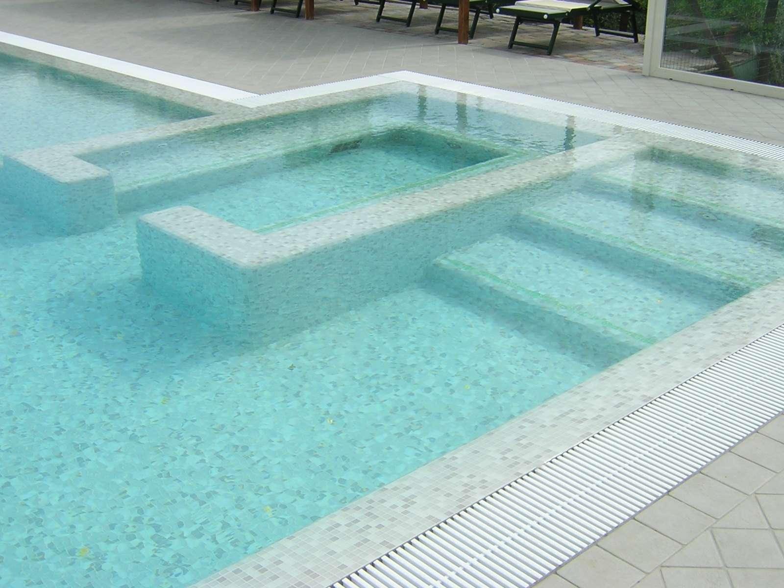 Piscine prefabbricate con fascia mosaico 1000 piscine for 1000 piscine