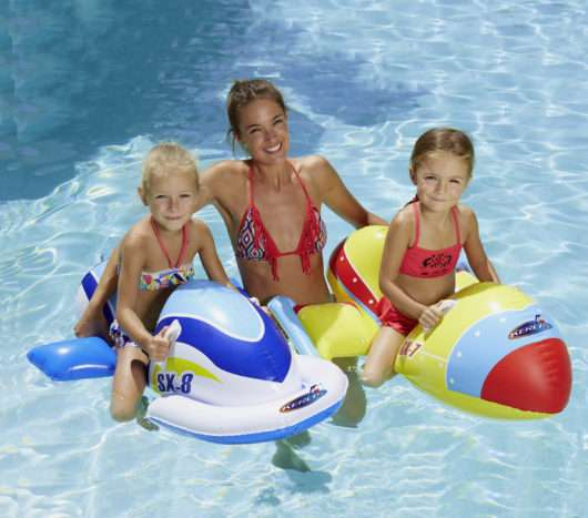 jet gonfiabili 2 persone in piscina